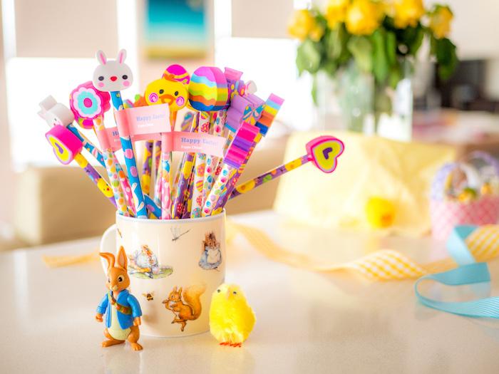 Crayons et gommes en formes d'animaux et oeufs de paques, tasse deco de paques a faire soi meme idee cadeau paques invité soirée