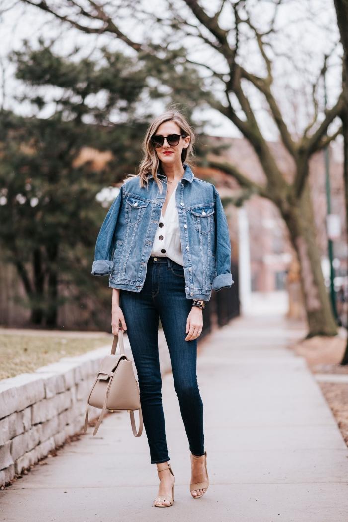 exemple comment porter la veste oversize femme, look casual chic en jeans slim et blouse blanche avec sandales et sac à main neutre