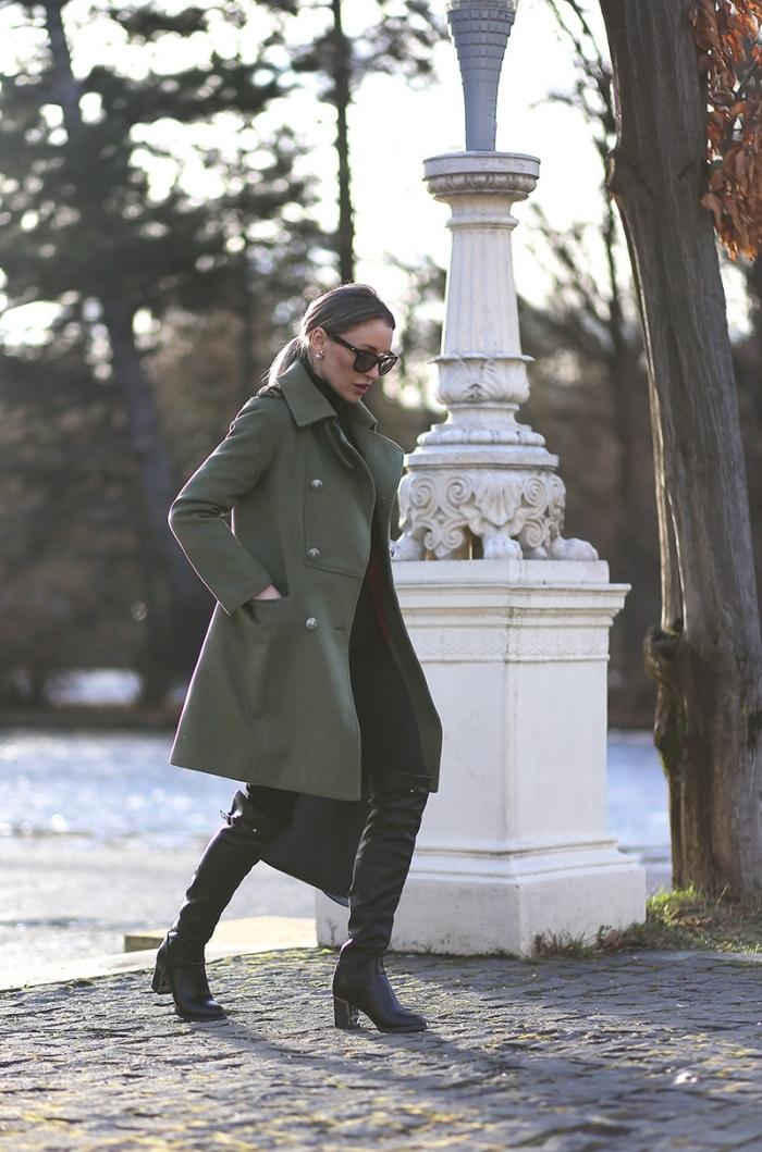 comment bien s'habiller femme au boulot, look femme élégante en pantalon fit foncé et veste kaki femme en vert foncé