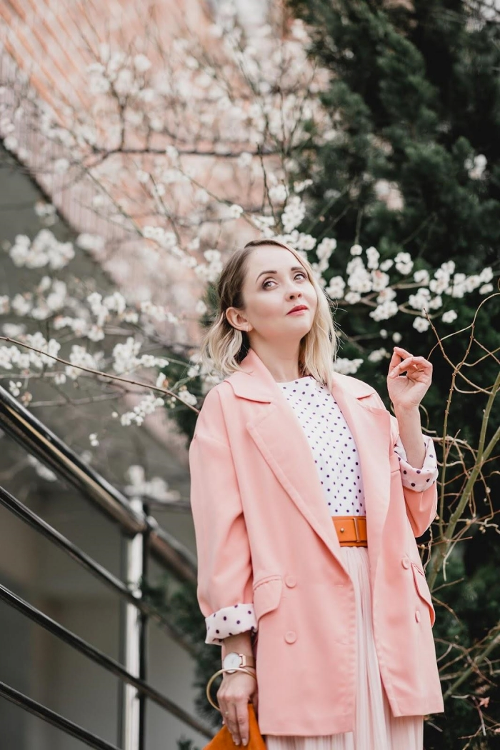 modèle de veste blazer femme de nuance rose combinée avec top blanc et jupe plisée, exemple comment assortir ses vêtements