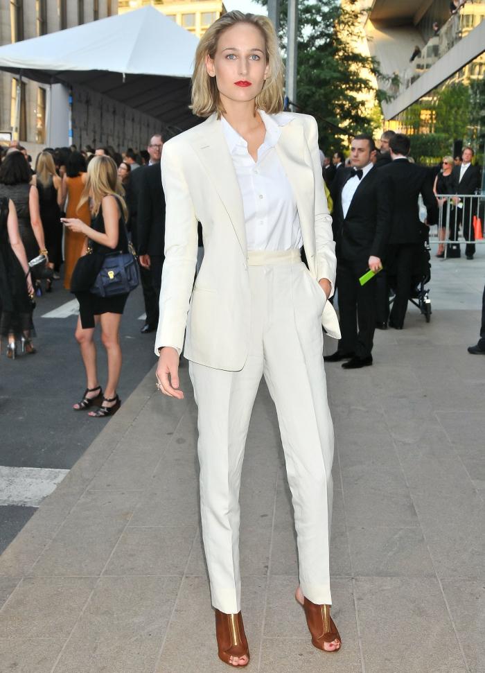 Comment les célébrités portent le tailleur habillé pour cérémonie, tailleur blanc femme moderne