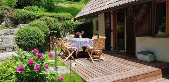 Table carré et chaises en bois, amenagement exterieur jardin, idee amenagement jardin simple