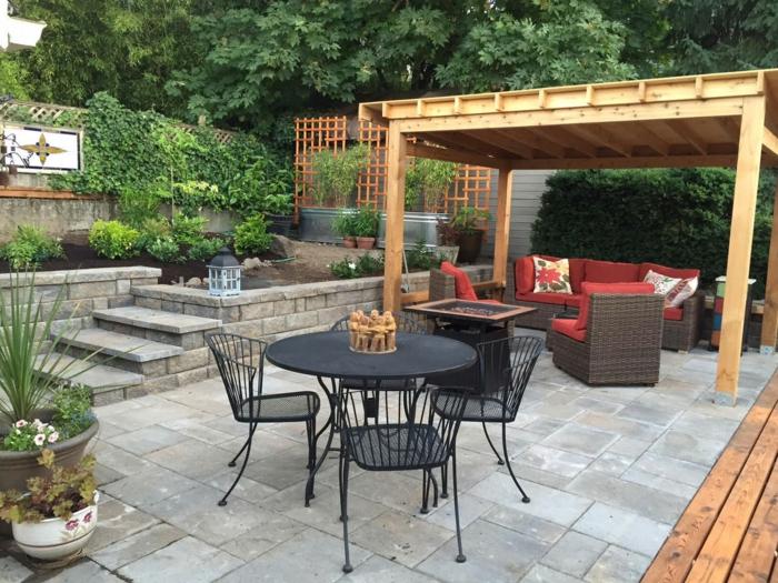 amenagement terrasse bois, belle décoration jardin extérieur coin sous la pergola canapé en rotin coussins rouges