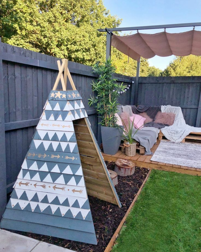 Idée pour la déco de jardin, tipi en bois peinte a motif indien, aménager une terrasse, jardin paysager, amenagement exterieur jardin