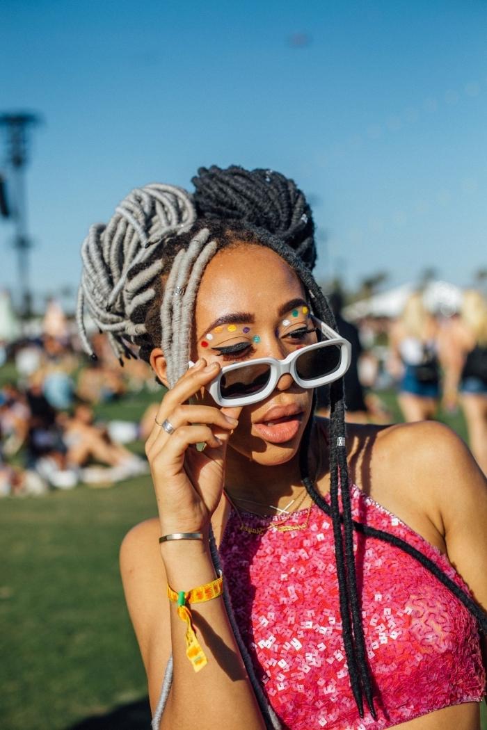 idée comment se maquiller les yeux pour festival avec eye-liner coloré, exemple de maquillage facile avec eye-liner