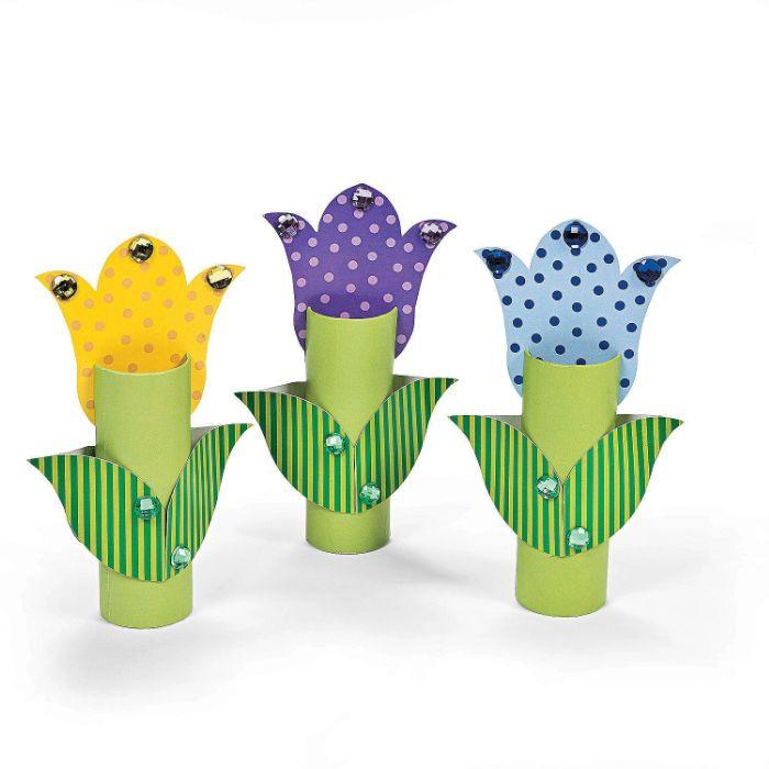 tulipes de papier et des rouleaux de papier toilette décorées de strass, activite enfant 5 ans