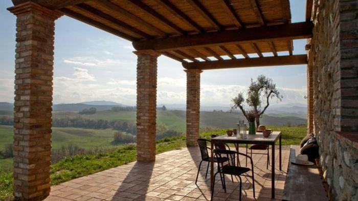 Magnifique vue nature de la terrasse avec carrelage de sol, idee amenagement terrasse, amenagement exterieur jardin