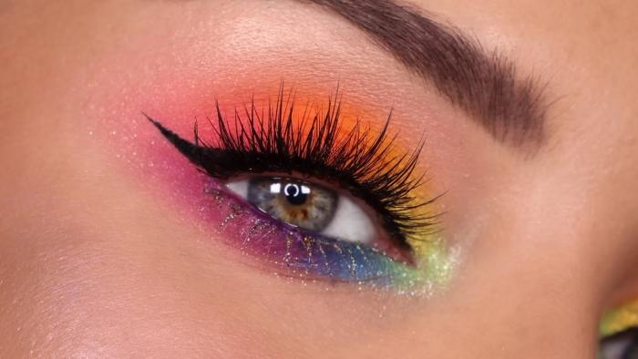 idée comment faire un maquillage année 70 multicolore, make-up des yeux avec eye-liner et fards à paupières arc en ciel