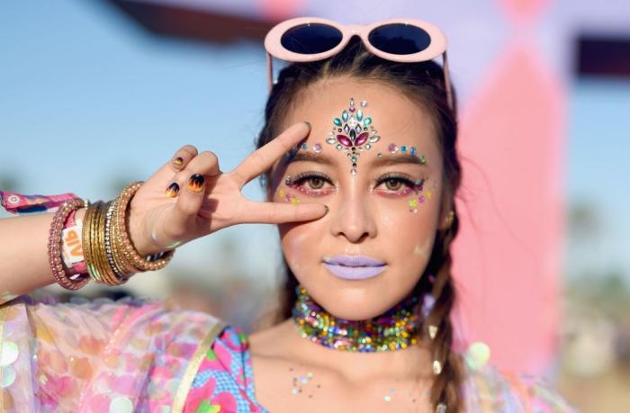 exemple de maquillage licorne facile à faire soi-même avec produits visage de couleurs variées et stickers visage
