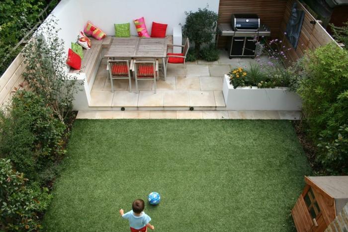 Coin barbecue et table bois, amenagement jardin photos, idees terrasses exterieures, enfant jouant au footbal