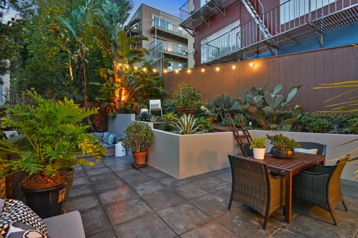 Guirlande lumineuse decoration jardin terrasse, amenagement petite terrasse cool, table et chaises rotin