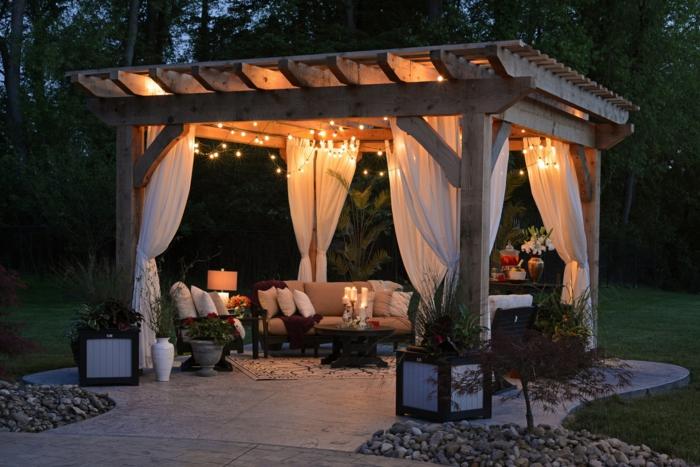 décoration au jardin, installez une pergola, déco guirlande lumineuse et rideaux transparantes