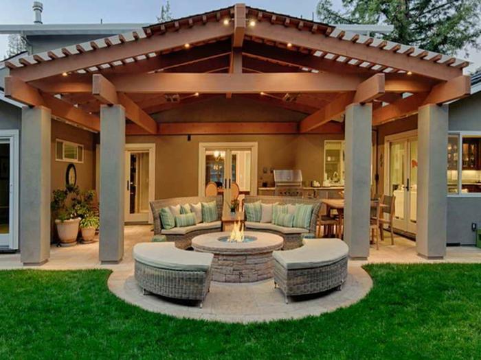 Belle maison luxueuse amenagement terrasse jardin, comment aménager une terrasse avec canapé ronde et cheminée extérieur