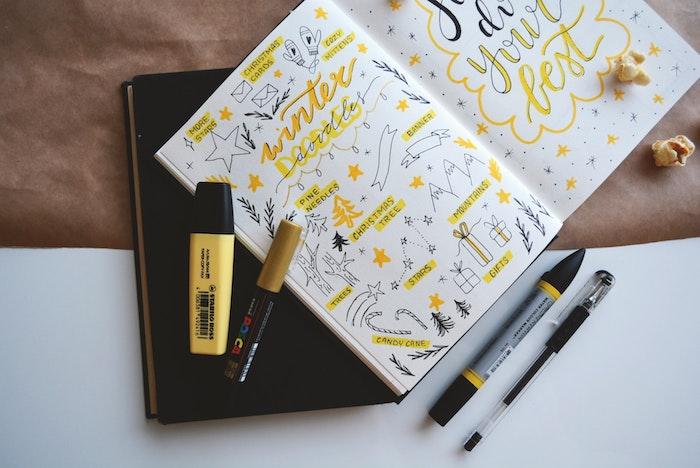 comment personnaliser son agenda, idee decoration pages d un agenda avec stylos et feutres noir et jaune