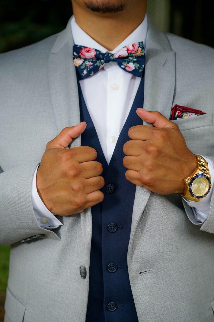matières nobles pour constituer une tenue chic homme classe, chemise en satin blanche, noeud de papillon coloré, costume trois pieces