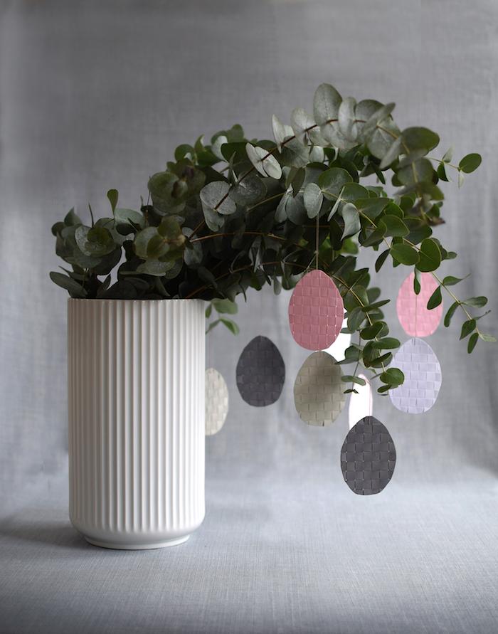 Déco de vase avec branches vertes jouets oeufs à peindre idée cadeau fait main, idee cadeau paques lapin fleurs symboles