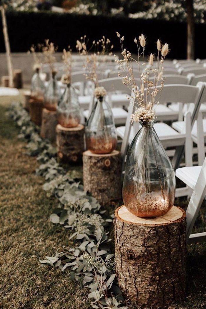 Bocal en verre plein de fleurs de champs theme champetre, menu mariage champetre, mariage boheme chic
