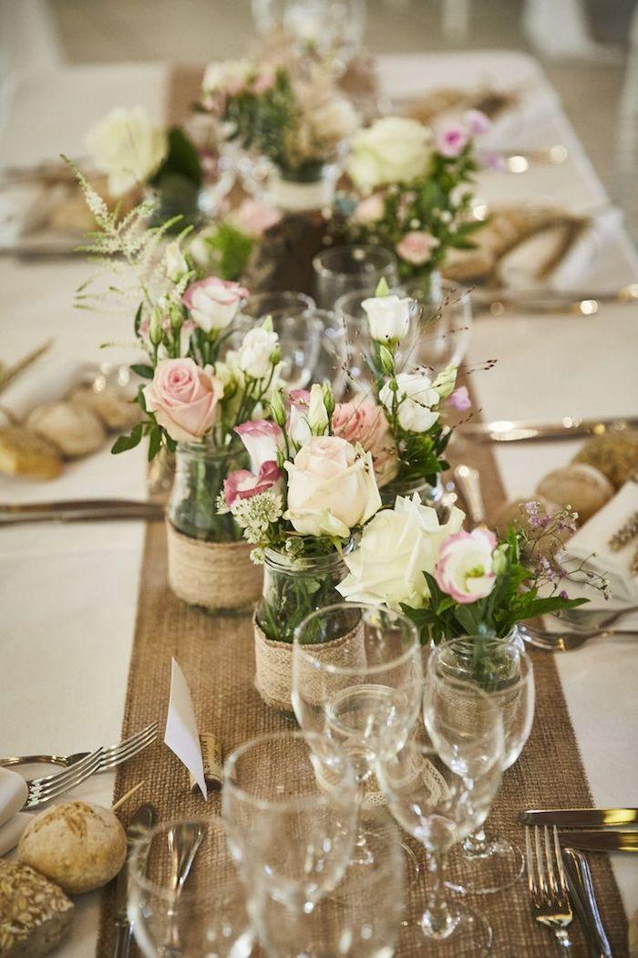 Chemin de table fleurie avec petites fleurs en bocaux en verre deco table champetre, deco mariage champetre centre de table