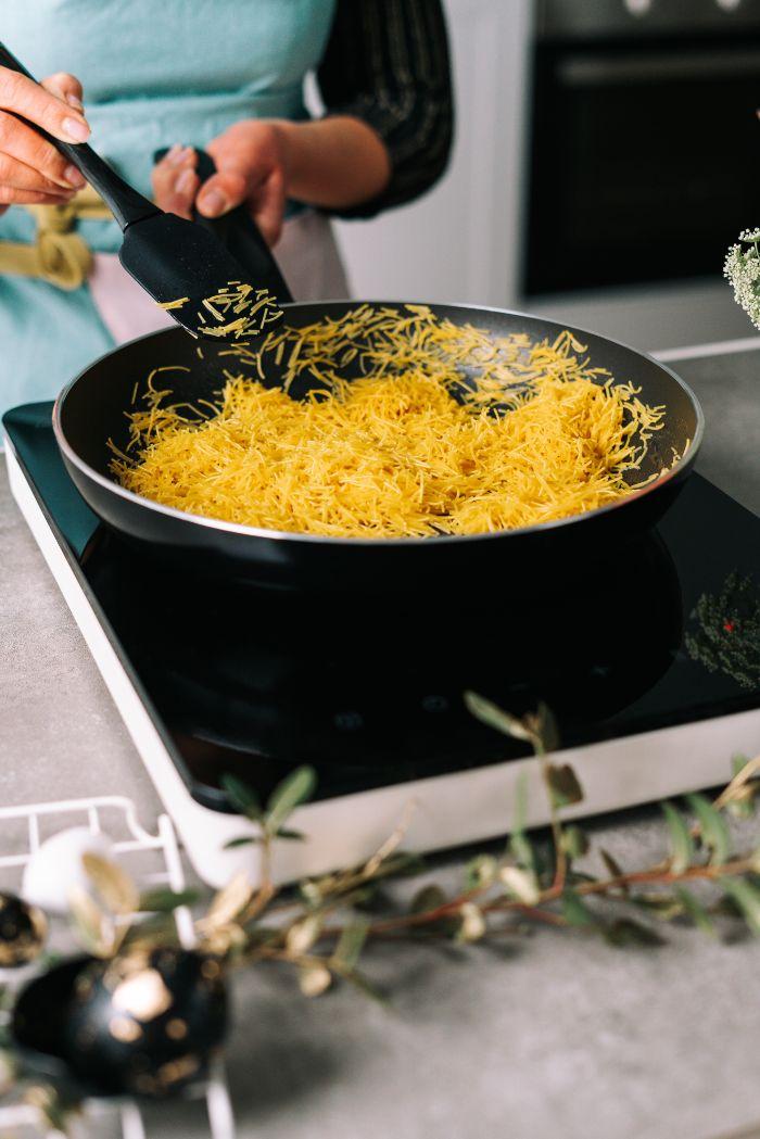 verer les vermicelles au beurre dans la poele, idee de nids de psques recette facile et rapide etape par etape