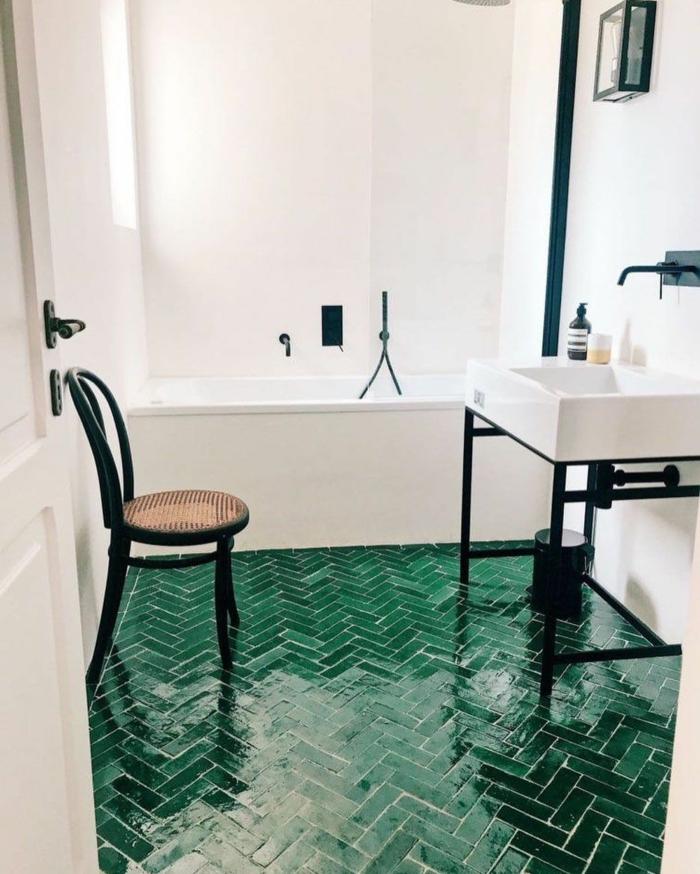 Carrelage sur le sol modele de salle de bain, les plus belles salles de bain vertes industriel style lavabo et meuble en métal