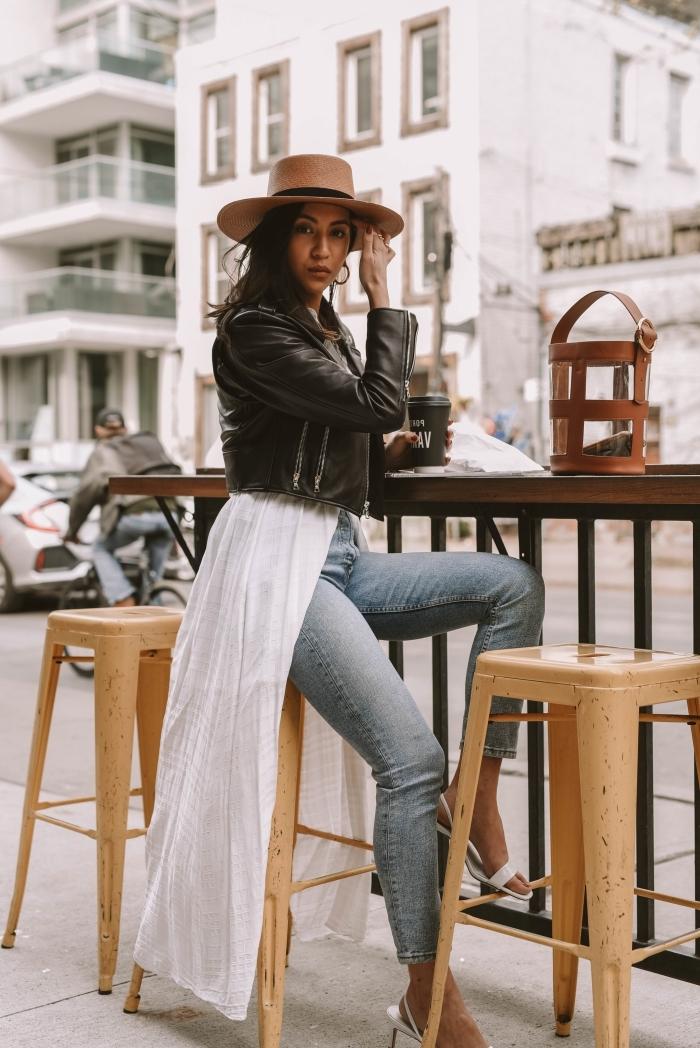 tenue casual chic en veste en cuir femme et jeans clairs taille haute, idée accessoires tendance capeline beige et sac à main rond