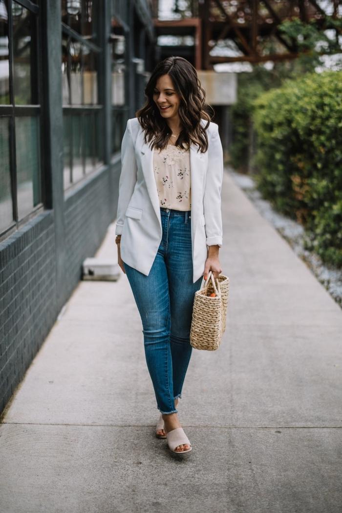 style vestimentaire femme au boulot avec jeans foncés et chemise fleurie, idée de veste blazer femme en couleur blanche