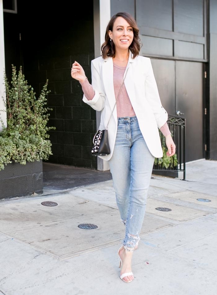 exemple comment porter un blazer femme de couleur blanche avec jeans clairs et blouse de couleur nude assortit avec sac noir
