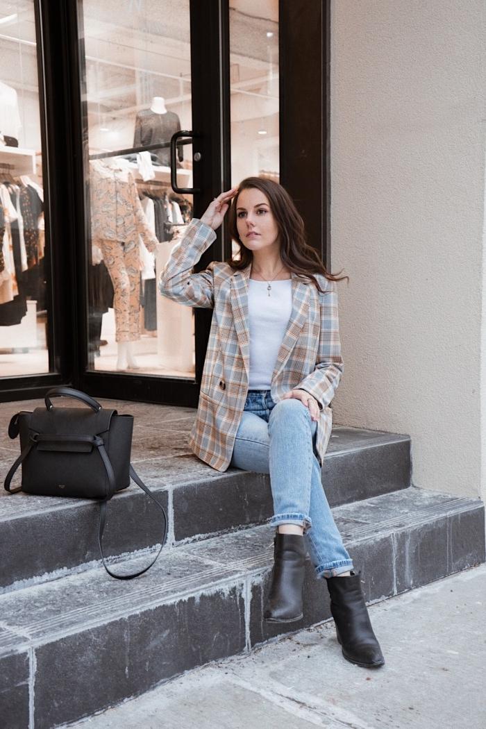 idée de look casual smart en blazer femme et jeans clairs, exemple comment bien s'habiller femme en jeans et bottes hautes