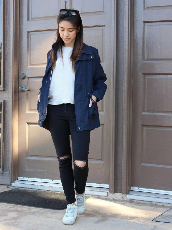 modèle de veste bleu marine femme pour le printemps, idée tenue casual chic en pantalon foncé et blouse blanche