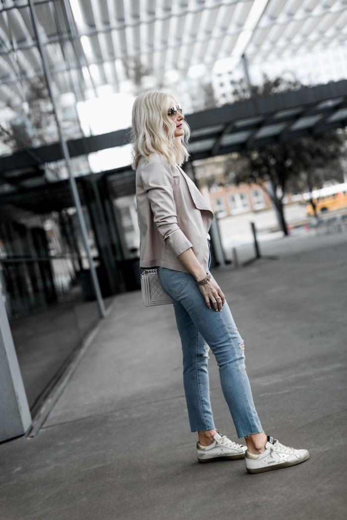 comment assortir une veste légère femme gris clair avec paire de jeans clairs, tenue casual chic femme avec accessoires tendance