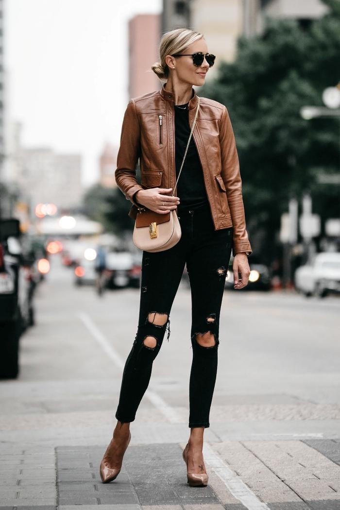 idée comment combiner une veste légère femme en cuir marron avec vêtements et accessoires noirs tendances femme