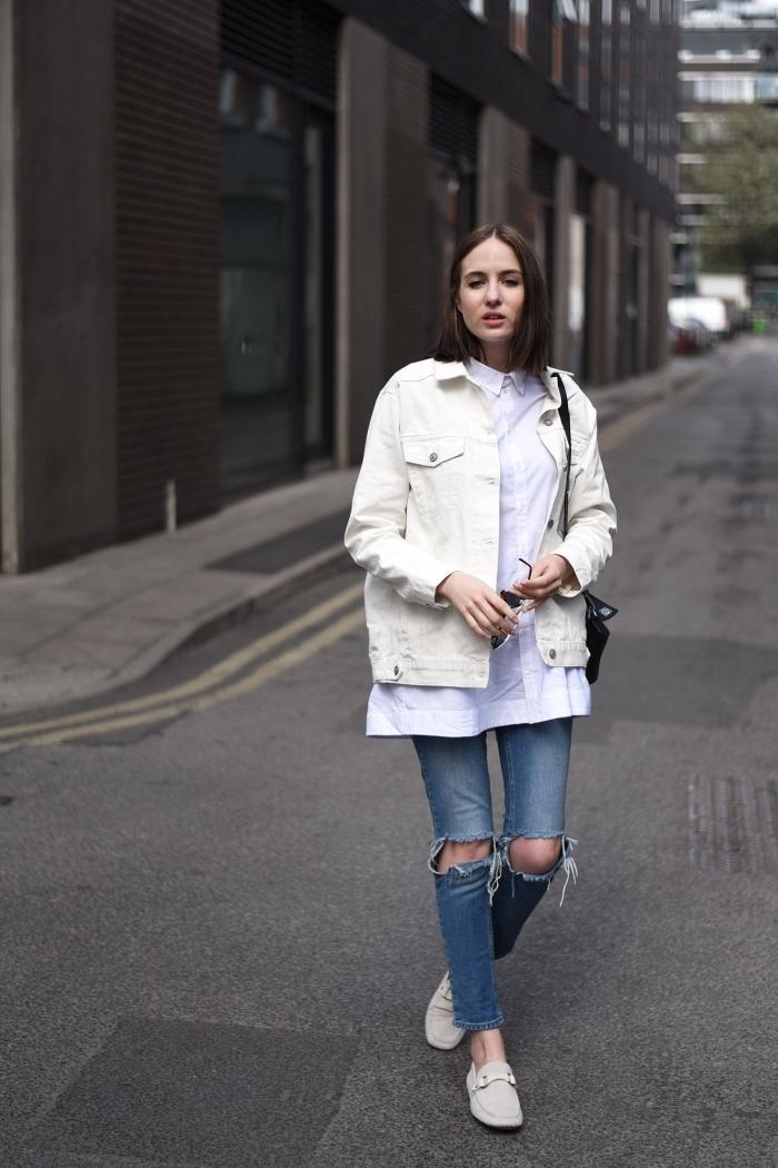 comment porter une veste en jean courte de couleur blanche, tenue streetstyle en jeans troués avec blouse oversize