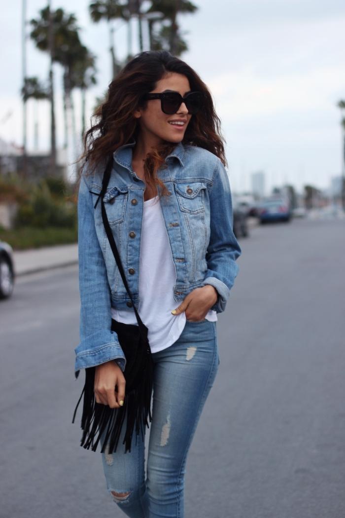 idée comment assortir une tenue veste en jean blanche courte t-shirt blanc et jeans slim déchirés avec sac à main noir
