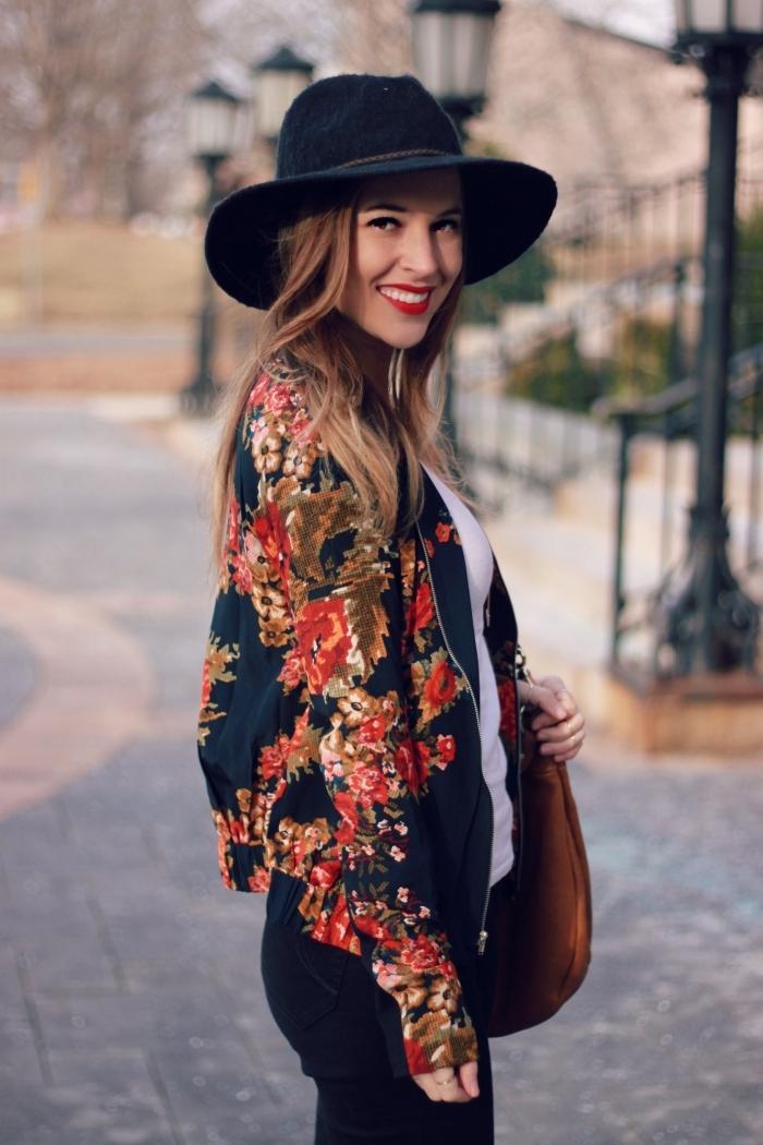 exemple de tenue chic femme en vêtements foncés avec top blanc, look bohème avec veste noire à motifs floraux et capeline noire