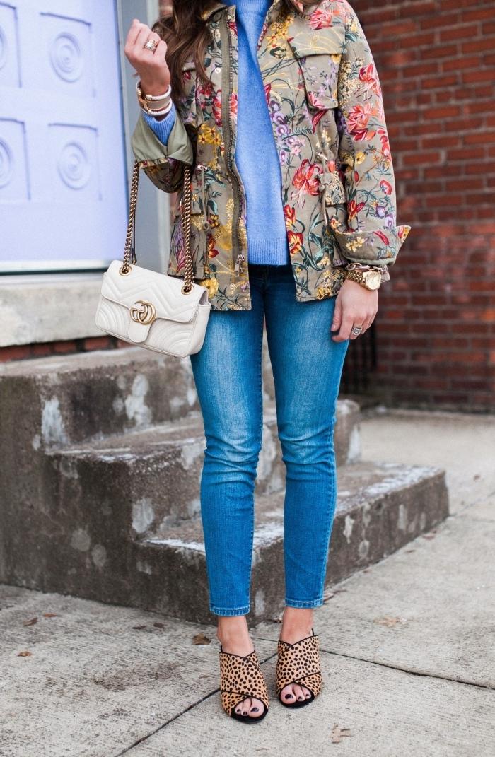 exemple comment bien s'habiller en jeans slim et veste fleurie de couleur kaki, tenue casual chic avec vêtements à imprimés tendance
