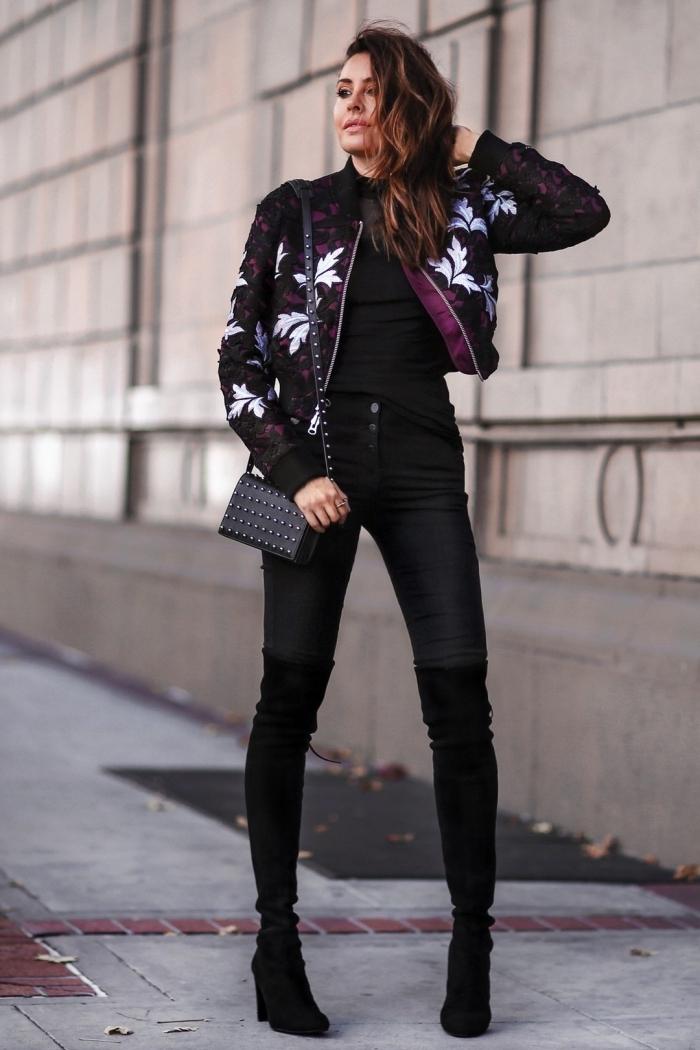 exemple comment porter une veste fleurie noire, idée look chic en vêtements noirs avec chaussures hautes en velours noir