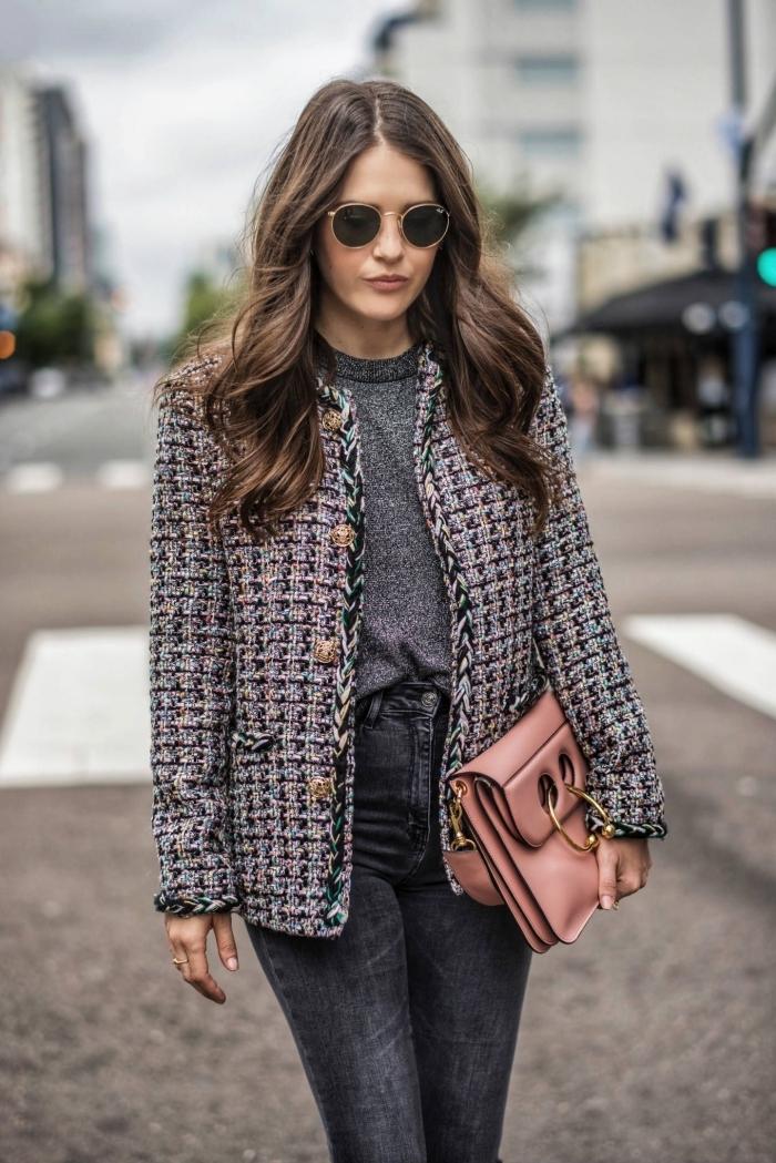exemple de tenue chic femme en vêtements de couleurs neutres avec accessoire pochjette en nuance rose et or