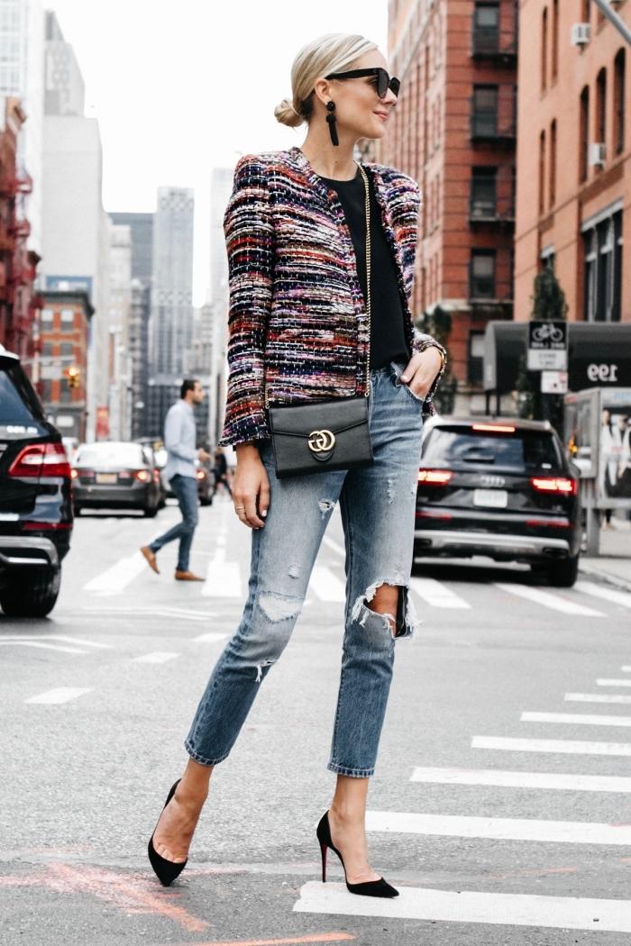 idée comment porter la veste en tweed femme avec jeans, look casual chic en denim troué et chaussures hautes en noir