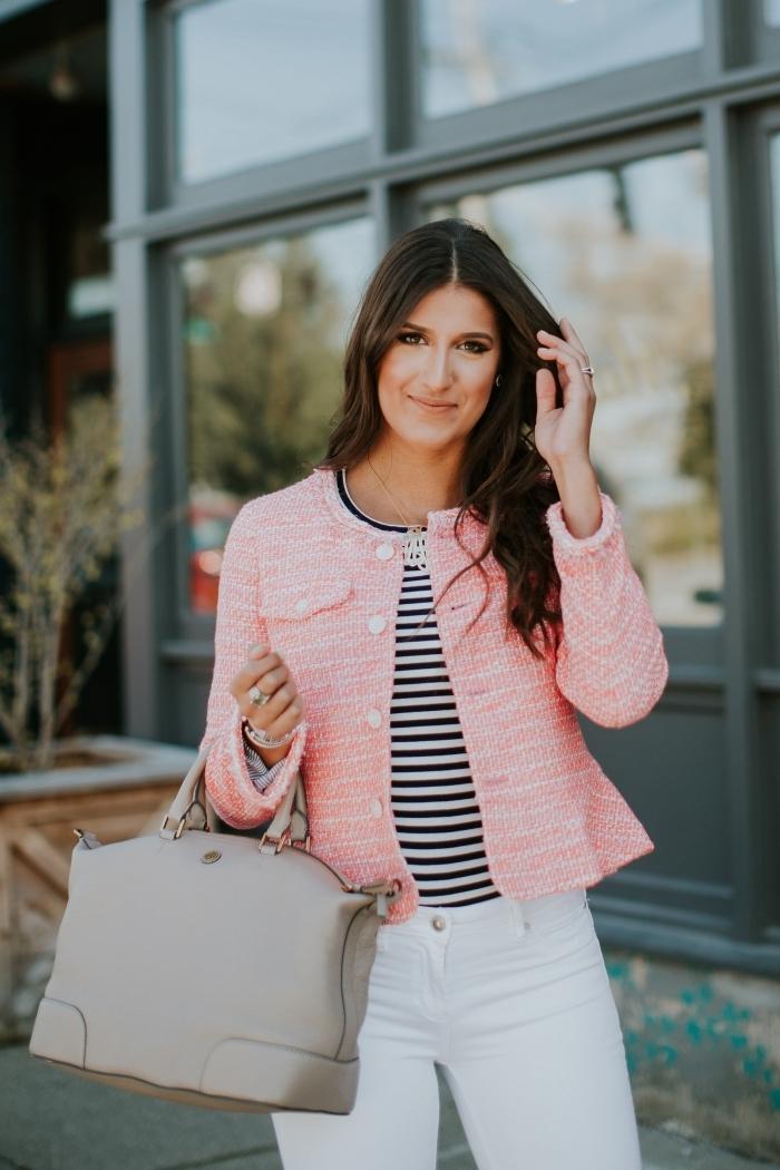 comment bien s'habiller femme élégante, modèle de veste courte femme habillée en rose claire combinée avec vêtements blancs