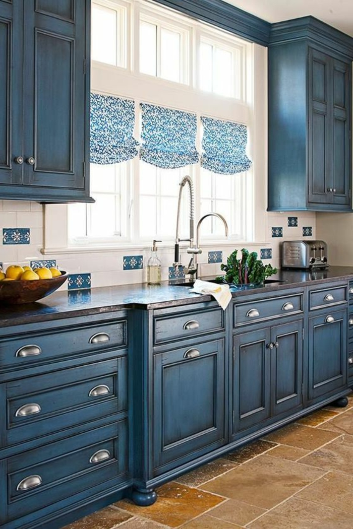 Blanc et bleu carrelage pour la cuisine rustique, citrons dans un bol en bois, nuance de bleu, quelles couleurs se marient bien avec le bleu minuit
