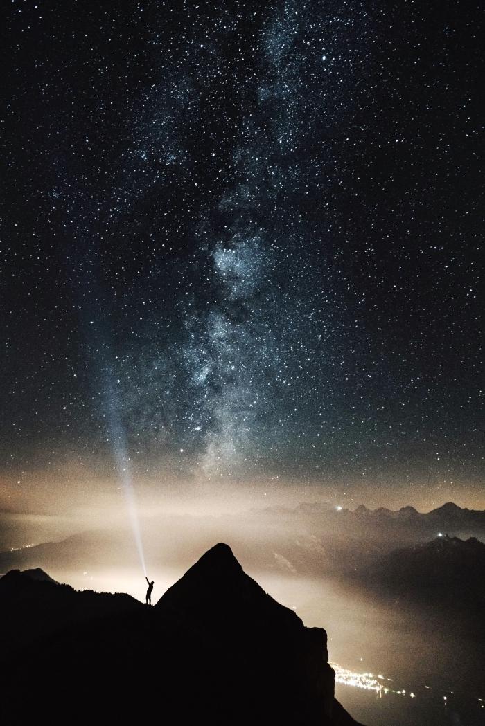 les plus beau fond d écran pour smartphone, image de ciel nocturne parsemé d'étoile et lumières de ville d'en haut
