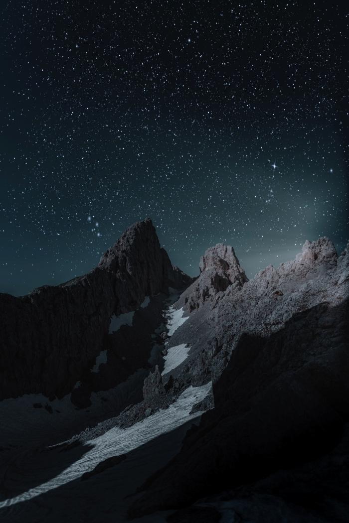 beau fond d écran sombre avec site naturel, photo de sommets de montagnes sous le ciel nocturne parsemé d'étoiles