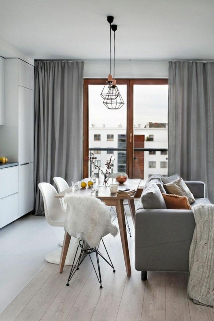 Blanches chaises et table en bois, cuisine qui donne au salon amenagement studio 15m2 ikea, quelle est la plus belle décoration à faire