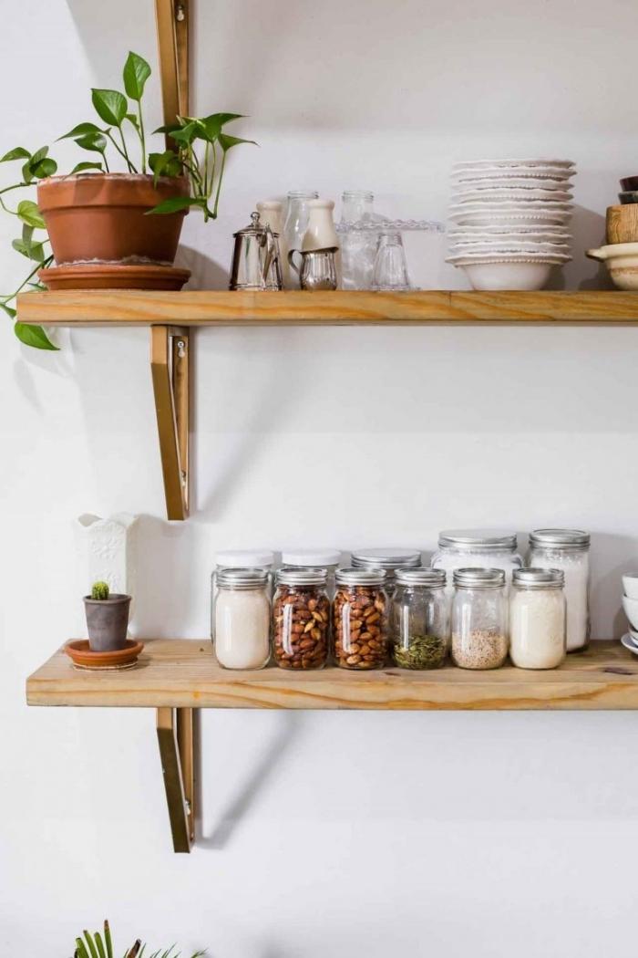 amenagement petite cuisine avec meuble DIY en forme d'étagère, exemple optimisation espace limité avec rangement mural