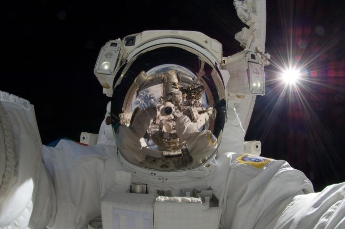 fond d écran original pour ordinateur avec selfie d'astronaute dans l'espace, idée wallpaper pc sur le thème cosmos