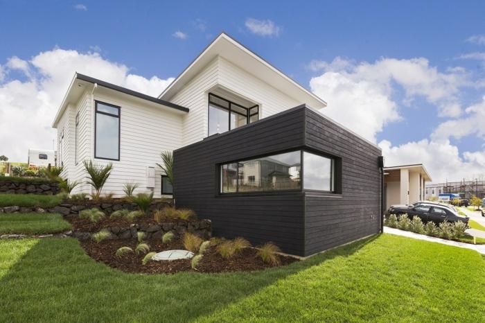 Maison blanc et noir cool idée comment décorer la façade, bardage extérieur en bois, pelouse verte allée voiture parquée