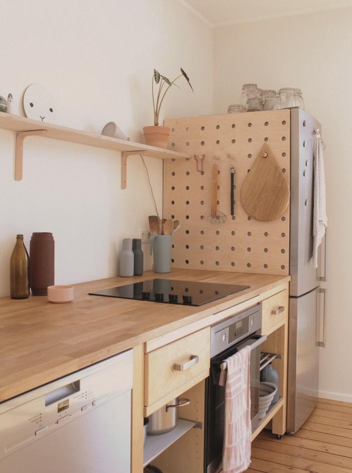 idée amenagement petite cuisine pratique, exemple de rangement DIY en bois avec trous pour accrocher les ustensiles
