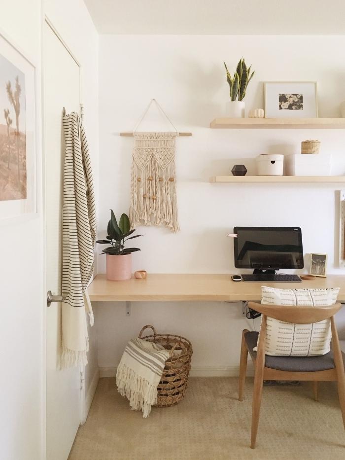 design home office d'esprit bohème et minimaliste avec meubles en bois clair et petites plantes d'appartement vertes