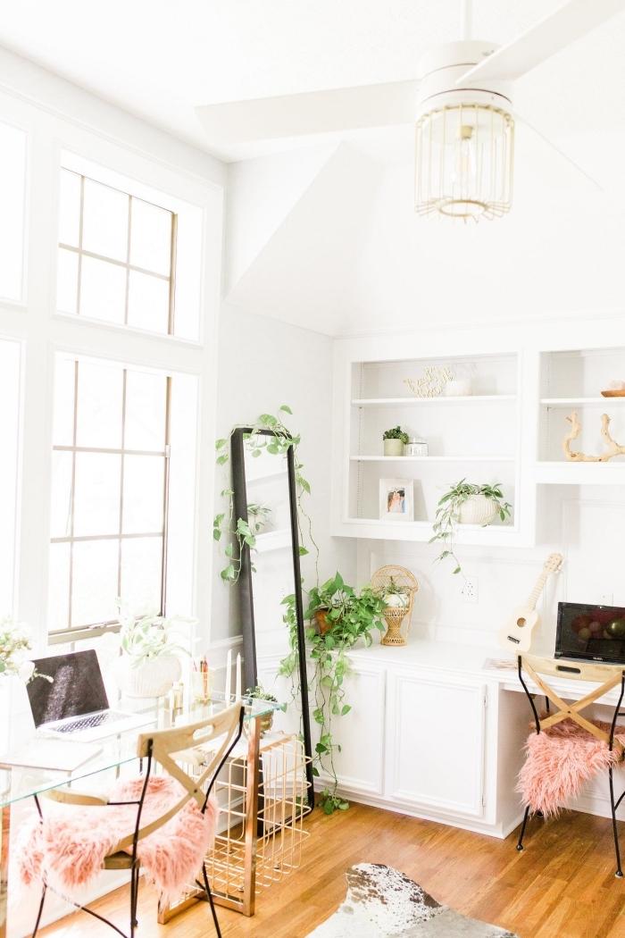 idée comment décorer un coin de travail féminin dans un couloir blanc de style bohème moderne avec plantes d'appartement