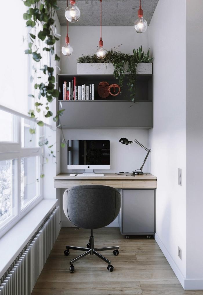 exemple de bureau de travail dans un couloir de style moderne avec accents industriel et plante d'intérieur originale